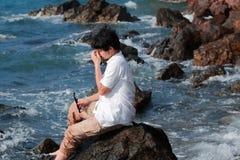 Sfrustowany wzburzony młody Azjatycki mężczyzna bierze daleko szkła i zamyka jego oczy przy dennym wybrzeżem obrazy stock