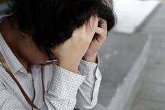 Sfrustowany zaakcentowany młody Azjatycki biznesowego mężczyzna nakrywkowy czoło z rękami i uczuciem rozczarowywającymi przy outs zdjęcia royalty free