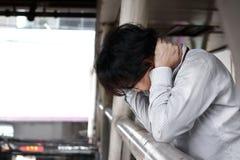 Sfrustowany zaakcentowany młody Azjatycki mężczyzna uczucie rozczarowywający lub wyczerpujący Bezrobotny biznesmena pojęcie obrazy royalty free