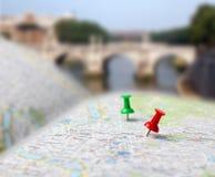 Sfuocatura dei perni di spinta della mappa della destinazione di viaggio Fotografia Stock
