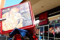 Sfuocatura del negozio del fondo della scatola di accumulazione termica della motocicletta di consegna Immagini Stock Libere da Diritti