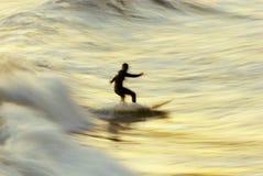 Sfuocatura del surfista di tramonto Immagini Stock Libere da Diritti