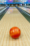 Sfuocatura della palla da bowling fotografie stock libere da diritti
