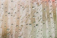 Sfuocatura delle gocce di acqua naturali su vetro immagini stock libere da diritti