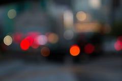 Sfuocatura delle iluminazioni pubbliche della città di notte Fotografia Stock