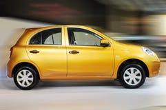 Sfuocatura di movimento arancione dell'automobile Fotografia Stock