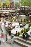 Sfuocatura di movimento dei clienti nella plaza del centro del Chicago Immagine Stock