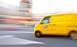Sfuocatura di movimento del furgone di consegna fotografie stock