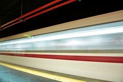 Sfuocatura di movimento esterna del treno ad alta velocità in sottopassaggio Fotografie Stock Libere da Diritti
