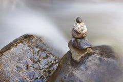 Sfuocatura di pietra del fiume del cairn Fotografia Stock Libera da Diritti