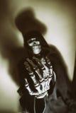 Sfuocatura di scheletro scura del cranio della mano Immagini Stock Libere da Diritti