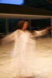 Sfuocatura girantesi della ragazza di dancing fotografie stock libere da diritti