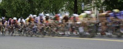 Sfuocatura panoramica della corsa di bicicletta immagini stock libere da diritti