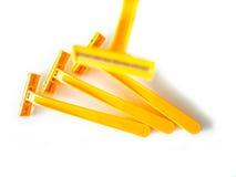 Sfuocatura, rasoio giallo, rasatura gialla su fondo bianco Fotografia Stock