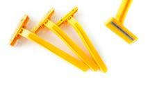Sfuocatura, rasoio giallo, rasatura gialla su fondo bianco Immagini Stock Libere da Diritti