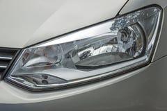Sfuocature di riflessioni dei modelli e strutture della lampada della testa del veicolo Immagini Stock