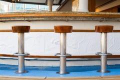 Sgabelli da bar con la vista del mare fotografia stock immagine