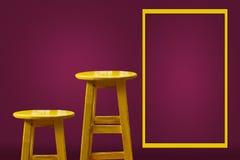 Sgabello da bar giallo con fondo magenta fotografia stock libera da diritti