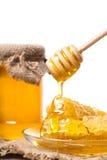 Sgocciolatura del miele dal cucchiaio di legno Immagine Stock Libera da Diritti