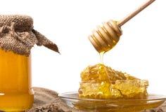 Sgocciolatura del miele dal cucchiaio di legno Immagine Stock