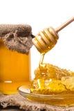 Sgocciolatura del miele dal cucchiaio di legno Fotografie Stock Libere da Diritti