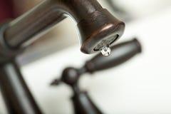 Sgocciolatura dell'acqua dal rubinetto di acqua Immagini Stock Libere da Diritti