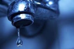 Sgocciolatura dell'acqua dal rubinetto di acqua, primo piano Immagine Stock