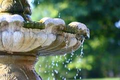 Sgocciolatura dell'acqua della fontana fotografia stock