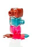 Sgocciolatura dello smalto di chiodo dalle bottiglie impilate Immagini Stock Libere da Diritti