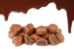 Sgocciolatura fusa del cioccolato con le caramelle Fotografie Stock Libere da Diritti