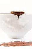 Sgocciolatura scura fusa del cioccolato dal cucchiaio Fotografia Stock Libera da Diritti