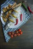Sgombro al forno con il limone e le patate al forno su un piatto bianco Prodotto-verdure fresche di vegetables Ciliegia, peperonc immagini stock