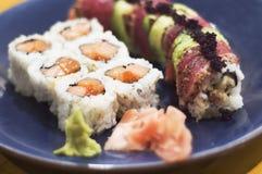 Sgombro Crunchy e Rolls di color salmone triplice Fotografia Stock Libera da Diritti