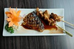 Sgombro dell'arrosto del Saba grigliato e griglia del pollo con la salsa di soia dolce Fotografia Stock