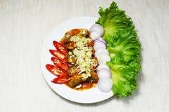 Sgombro e peperoncino rosso dell'insalata fotografia stock