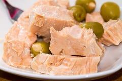 Sgombro ed olive bianchi del bello pezzo Fotografia Stock
