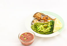 Sgombro fritto con salsa Fotografia Stock Libera da Diritti