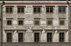 Sgraffitoväggdekor på stadshuset i Plzen, Tjeckien arkivfoton