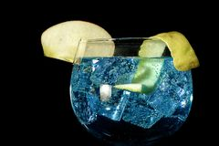 Sgrani il tonico blu con la mela e il lemmon II immagini stock libere da diritti