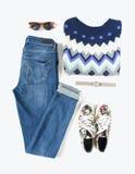 Sguardo alla moda della donna Attrezzatura ragazza/della donna su fondo bianco Jeans blu del denim, maglione della stampa del azt Fotografie Stock Libere da Diritti