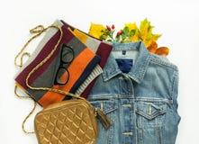Sguardo alla moda di autunno Modo di autunno, attrezzatura di autunno della donna su fondo bianco Rivestimento blu del denim, ret Immagini Stock