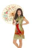 Sguardo asiatico dell'ombrello del vestito da verde della donna Fotografie Stock