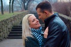 Sguardo bello delle coppie ad a vicenda Fotografia Stock