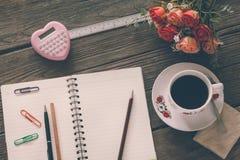 Sguardo d'annata del film: tazza di caffè con il calcolatore ed il taccuino Fotografia Stock Libera da Diritti