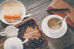 Sguardo d'annata del film: tazza di caffè con il dolce Immagini Stock Libere da Diritti
