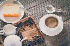 Sguardo d'annata del film: tazza di caffè con il dolce Immagine Stock Libera da Diritti