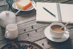 Sguardo d'annata del film: tazza di caffè con il dolce Fotografia Stock
