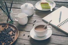 Sguardo d'annata del film: tazza di caffè con il dolce Immagini Stock
