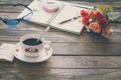 Sguardo d'annata del film: tazza di caffè con il taccuino Fotografia Stock Libera da Diritti