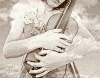 Sguardo d'annata del violino femminile della tenuta Immagine Stock Libera da Diritti